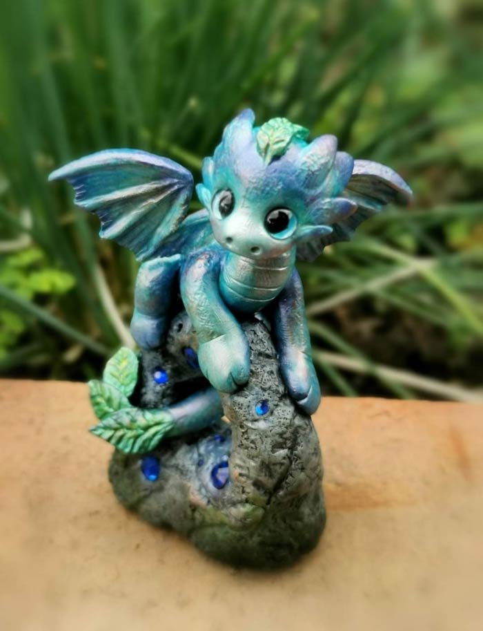 Make dragon with clay by artist Laura